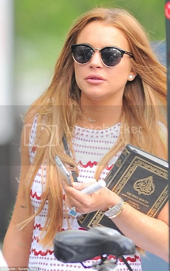 photo 28A3F7D200000578-3080683-Religious_text_Lindsay_Lohan_was_spotted_carrying_a_copy_of_the_-m-1_1431563528968.jpg