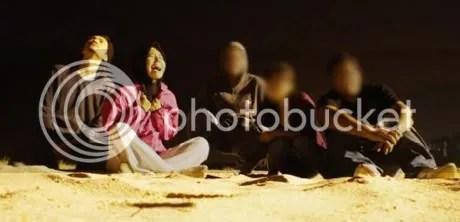 waheeda dan akhil hayy di tepi pantai