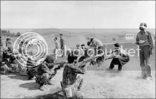 Seguidores del Ayatolá Jomeini fusilan a civiles durante la Guerra Santa contra los kurdos. Sanandaj, Kurdistan Oriental, Iran. 27 de agosto de 1979. Fotografia de Jahangir Razmi.