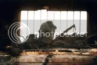 El fotógrafo Ken Jarecke tomo esta imagen mientras viajaba por la costera Autopista 8 hacia la ciudad de Kuwait. Muestra los restos de un soldado iraqui que murió quemado en el interior de un camión. La fotografía jamas fue publicada en los Estados Unidos al ser retirada por la agencia AP, pero apareció en el diario británico London Observer. Guerra del Golfo, 28 de febrero de 1991.
