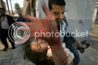 Una niña herida es evacuada tras ser alcanzada por la explosión de un coche bomba en la Plaza de Tahrir, Bagdad, Iraq. 7 de mayo de 2005. Fotografia de Vincent Laforet.