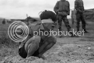Prisionero del Viet Cong es inmovilizado en espera de un interrogatorio en el Destacamento de Fuerzas Especiales A-109 en Thuong Duc, 25 km al oeste de Da Nang, Vietnam. 23 de enero de 1967. Fotografia del soldado David Epstein.