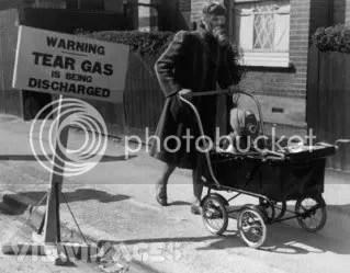 Esta imagen se tomó en enero de 1941 en Londres. Corresponde a un simulacro de ataque con gas lacrimógeno, realizado para preparar a la población civil.