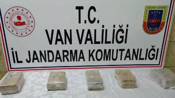 Van'da arazide taşlar arasına gizlenen 3 kilo metamfetamin bulundu