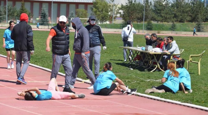 Spor Bilimleri Fakültesi'nde bayıltan sınav! Yardıma sağlık görevlileri koştu 21