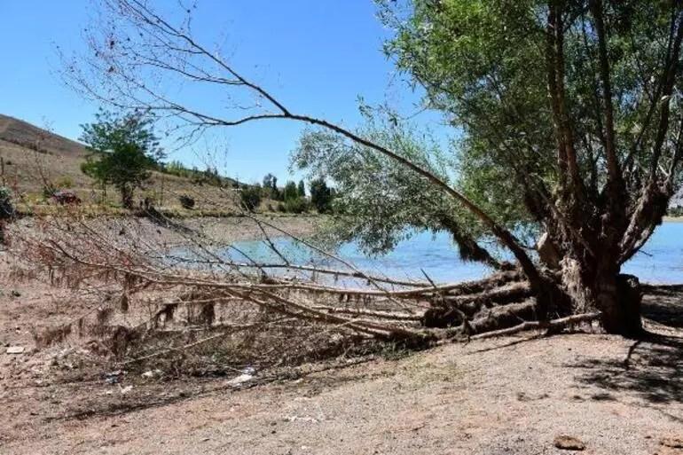 Korkutan görüntü Serpincik Göletinde su 30 metre çekildi