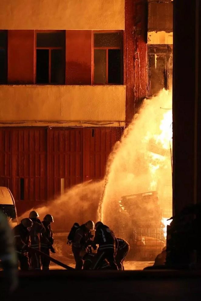 Son dakika haberi: İstanbul Başakşehirde sanayi bölgesinde yangın... Peş peşe patlama sesleri