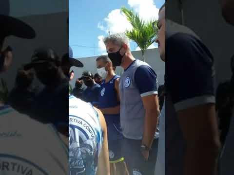 Em meio a protestos da Trovão Azul, Rodrigo Santana conversa com torcedores do Confiança #Shorts