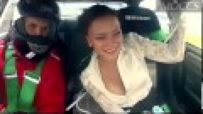 Verrücktes Girl lässt sich in einem Rally-Auto durchschütteln