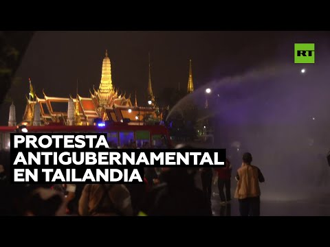 Disparan cañones de agua durante una protesta multitudinaria en Tailandia