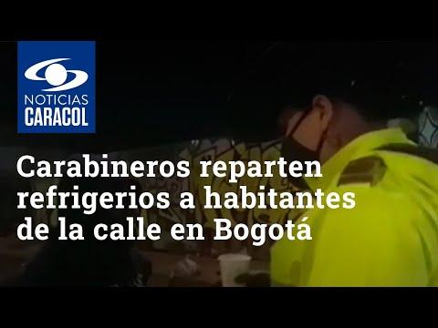 Carabineros reparten refrigerios a habitantes de la calle en el centro de Bogotá
