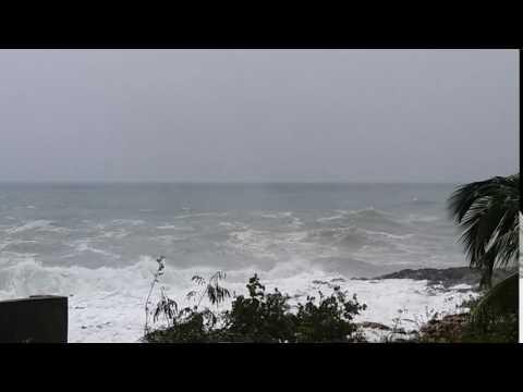 Las autoridades cerraron este viernes un tramo del Malecón por los fuertes oleajes que produce el huracán Matthew.
