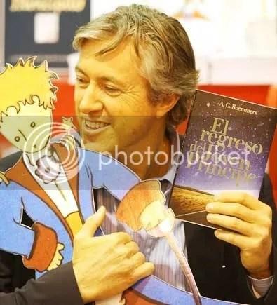 FOTO. El autor con la imagen-icono de El Principito.