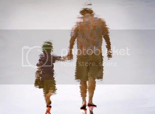 Padre e hija de la mano
