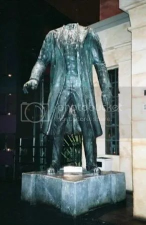 headless-lenin-statue.jpg picture by nhacyeuem