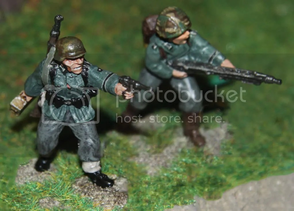MG 42 team advancing