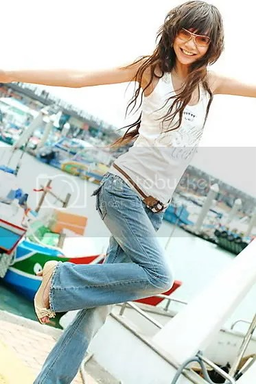 Currenty trend among the women as the popular Taiwanese singer and actress, Rainie Yang, depicted in the photo, here.