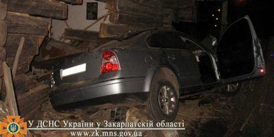 На Закарпатье Volkswagen влетел в жилой дом, есть жертвы