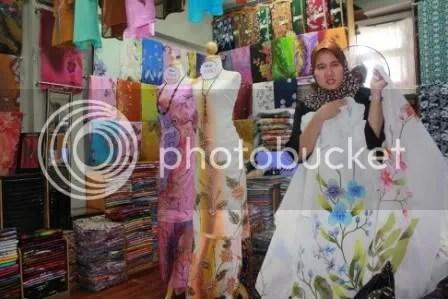 Selecting the Batik.. Cantik sangat corak dia