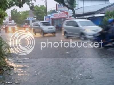Banjir di salah satu Jalan Utama di Kota Padang akibat Betonisasi Drainase dan Tersumbat serta Sempitnya Got yang tidak sanggup menampung Air Hujan