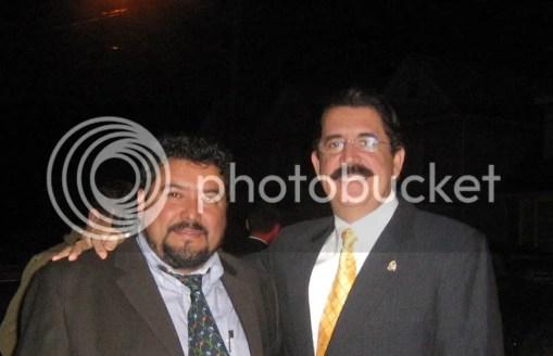 El Presidente Zelaya junto con el escritor hondureño Roberto Quesada