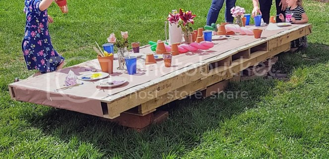 Child-sized table built with pallet wood. Birthday party painting table