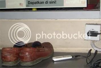 mengecas baterai hp di emper toko