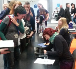 Diana Menschig signiert 2