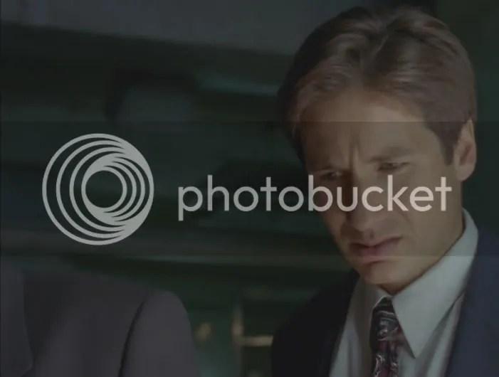 Tres años y Mulder no se ha acostumbrado a los cuerpos en descomposición. Por favor Mulder, esto no es lo más desagradable que has visto.