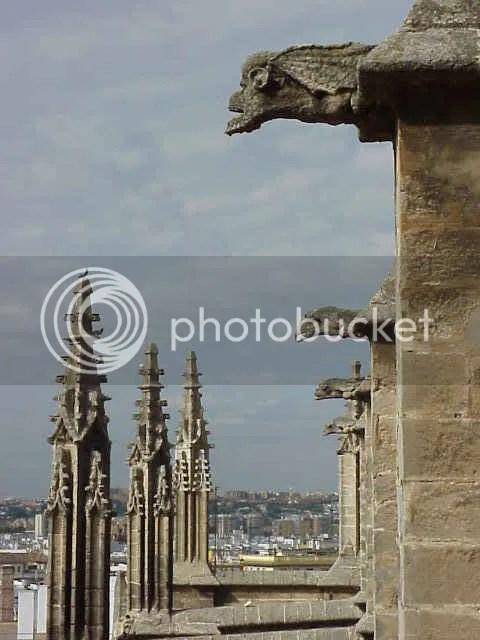 Las gárgolas de la catedral observan el cielo de Sevilla.