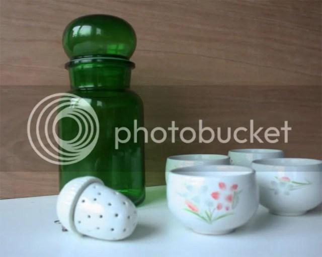 Kringwinkel spullen: groene glazen pot, theebuiltje in de vorm van een eikel, 4 schattige kopjes
