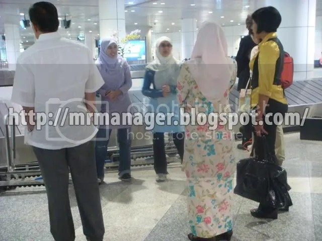 Anwar, family, and Ning Baizura from Mr. Manager