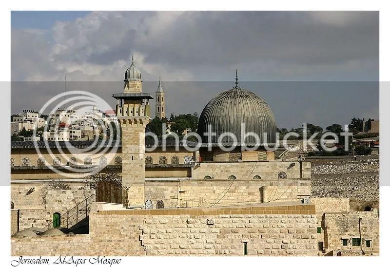 Masjidil Aqsha (dengan kubah warna perak kusam)