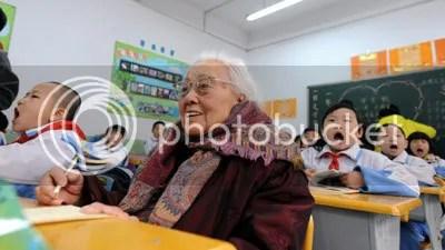 Nenek Ma, yang berusia 102 tahun berbaur bersama teman sekelasnya