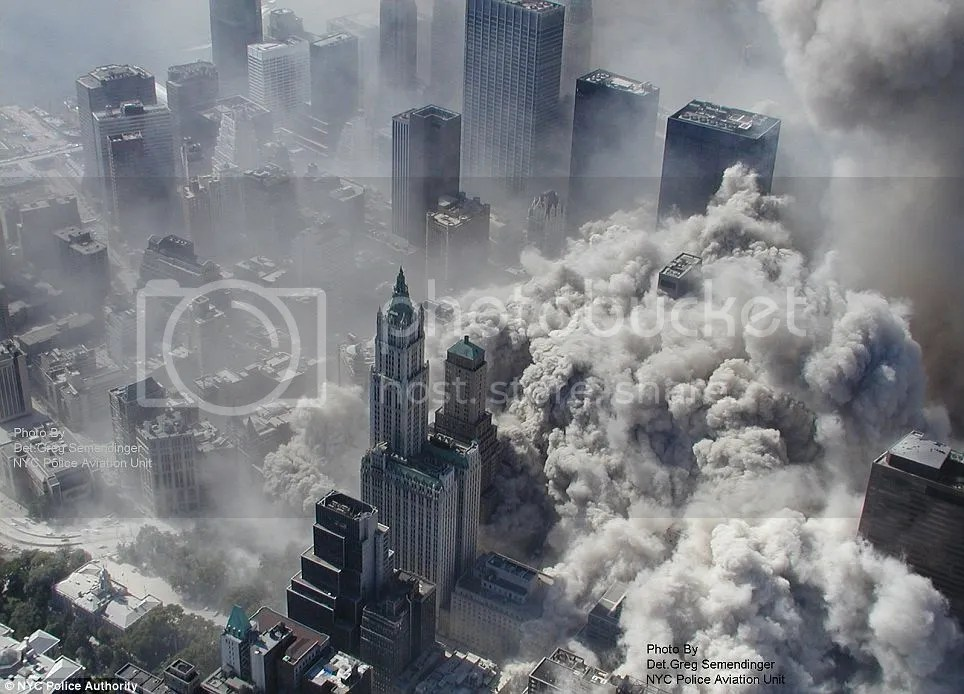 Asap tebal membumbung melenyapkan simbol kebesaran kota New York  di Manhattan