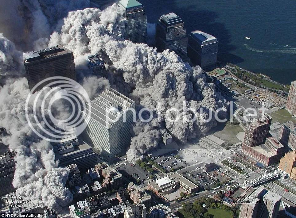 foto foto runtuhnya menara kembar WTC new York akibat serangan  teroris 9/11
