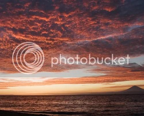 Senja  di Senggigi sungguh menawan dan sangat romantis, merah bagai   tebaran pesona cinta alam semesta