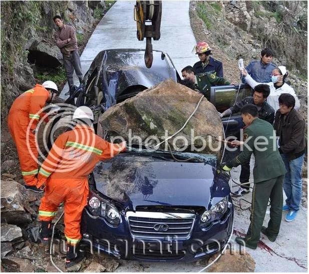 Apes, Baru beli mobil langsung tertimpa batu seberat 2 ton, tewas ditempat