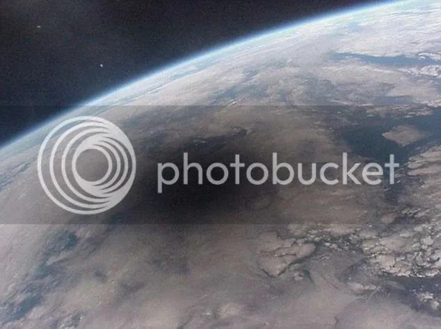 Wilayah yang dilalui lintasan bayangan bulan dalam gerhana matahari terlihat gelap dipantau dari satelit