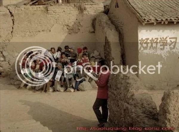 Anak-anak disebuah kampung pemulung di Cina yang bersemangat untuk belajar di sela sela kegiatan mereka mencari nafkah