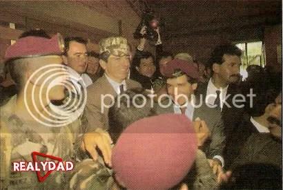 Presidente de Colombia Cesar Gaviria y el Ministro de Defensa Rafael Pardo celebrando con el Bloque de Búsqueda que Pablo Escobar es dado de baja.