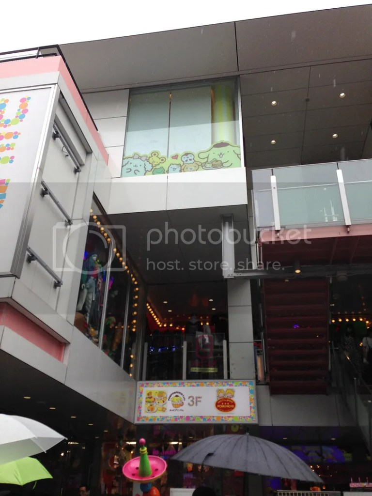 I also saw the special sanrio cafe featured in Rainbowholic's site XD I didn't go in since I was on a schedule.