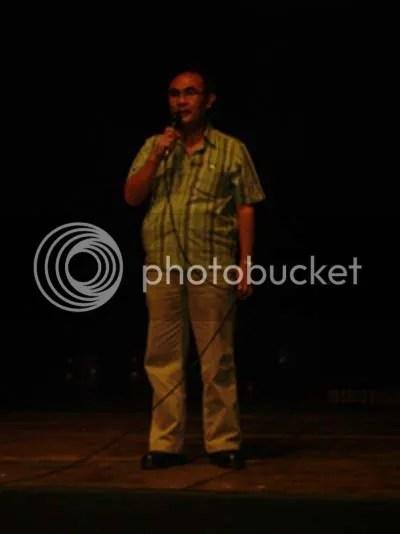 Kepala SMA Batik 1 Surakarta Drs. Literzet Sobri, M.Pd membuka pagelaran Pentas Seni Budaya