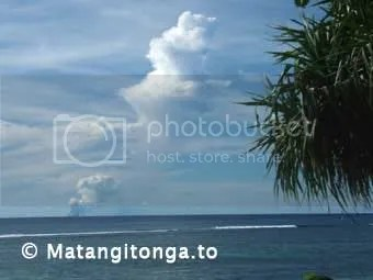 Hunga venting on Thursday 18 March viewed from Kanokupolu Beach (photograph by Shane Egan, copyright Matangitonga.to).