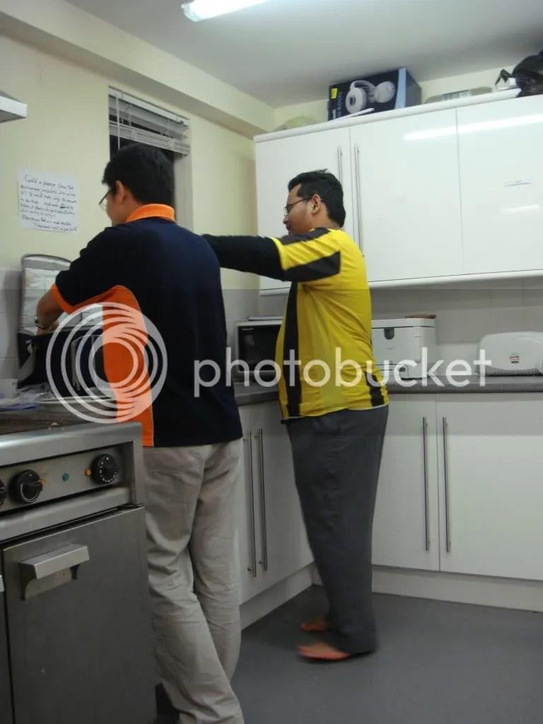 Abang Po sedang mengambil nasi