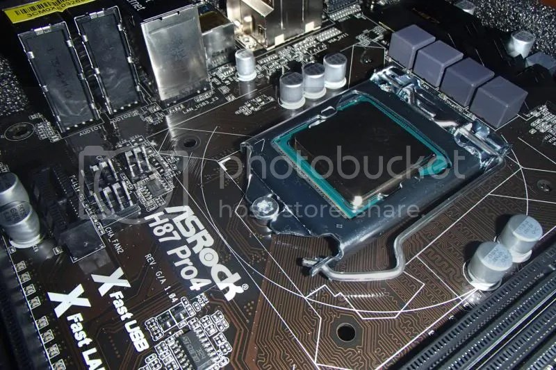 Foto della scheda madre nella fase di montaggio iniziale subito dopo aver alloggiato il processore.
