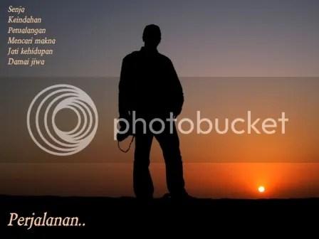 """Perjalanan, Foto """"Siluet Diri"""" ini diambil oleh istriku, Cindy, saat menikmati senja di tengah gurun pasir di, Dubai Uni Emirat Arab, tanggal 12 Februari 2012, pukul 18.07 waktu setempat."""