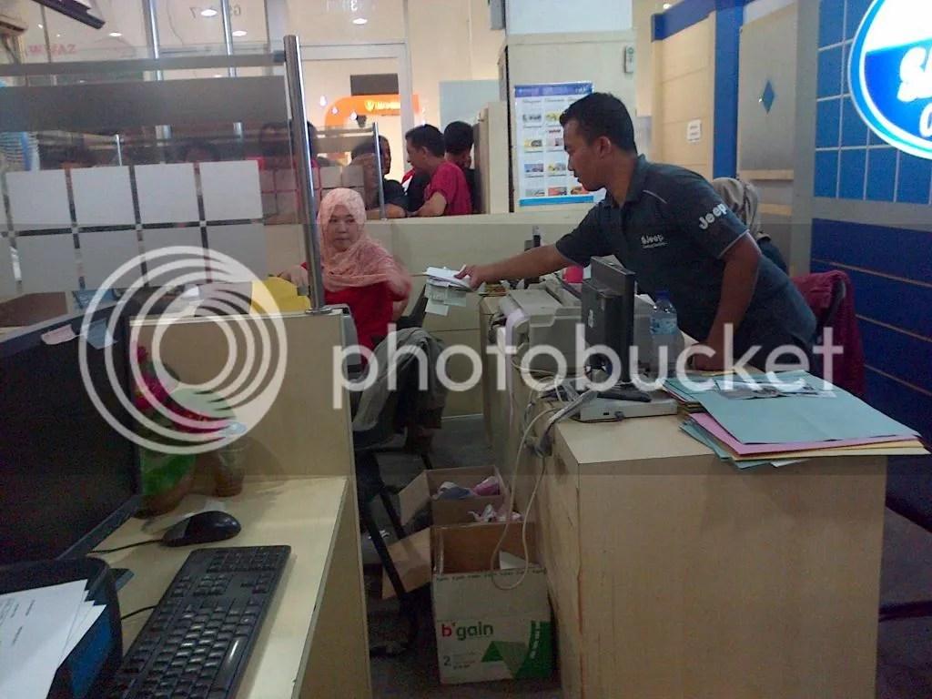 Petugas Menyerahkan Berkas Waijb Pajak pada Kasir
