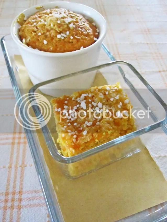 torta di carote con pezzetti di albicocche e zucchero in granella