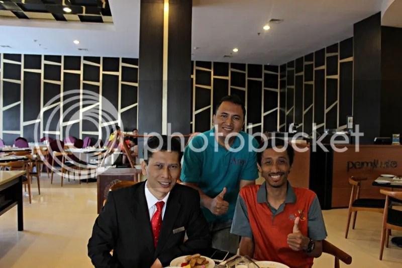 Sarapan bersama Pak Sungkowo (tengah) dan Pak Herman Raras